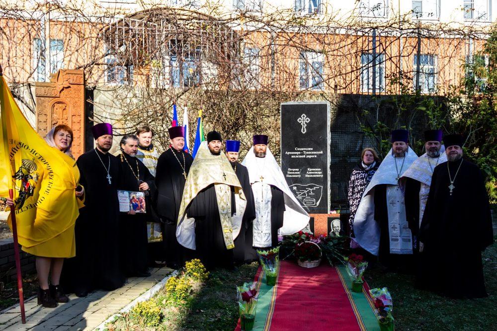 Памятник Петрову - Кривенко